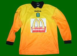 >Equipamento de guarda redes amarelo, de um jovem futebolista do Sporting