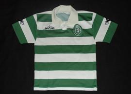 1995/1996, camisola dos iniciados do Sporting. Equipamento listado de jogo, de um jovem de 12 anos. Emevê