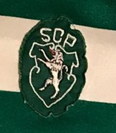 Camisola de futebol do Sporting. O número em pano está por cima de um número modelo LCS