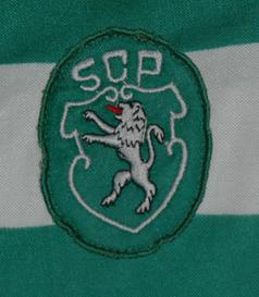 Equipamento de jogo listado da Le Coq Sportif, usado no jogo contra o Cosmos de 9 de junho de 1985. O Sporting perdeu 2-0. Carlos Xavier
