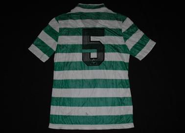 1985/87. Camisola listada da Le Coq Sportif, semelhante à nº 18 em baixo