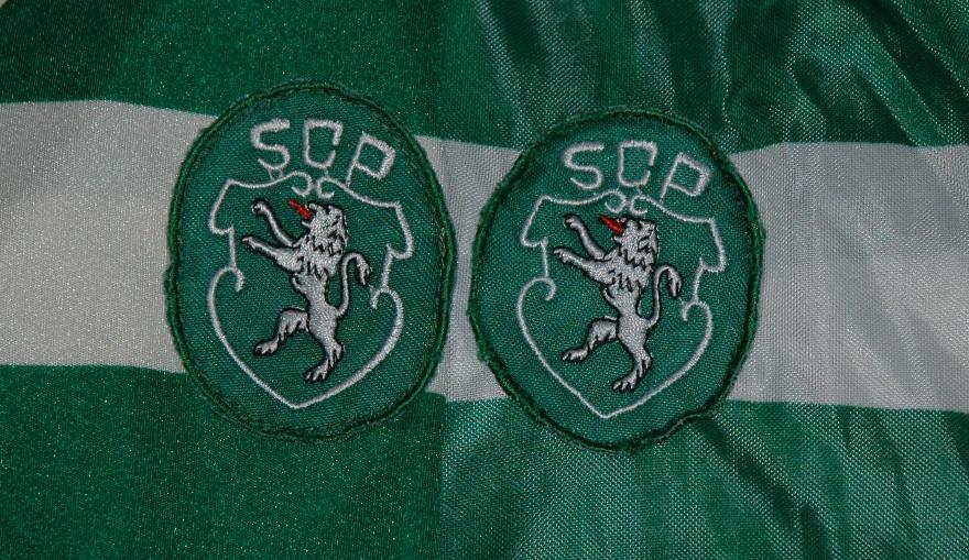 Os emblemas das duas camisolas Le Coq Sportif do Sporting