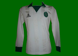 1983/1984.  White away shirt of striker Manuel Fernandes. This model, with this number letter type, is more typical of 1984/85