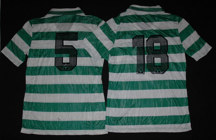 Duas camisolas de jogo Le Coq Sportif do Sporting de trás