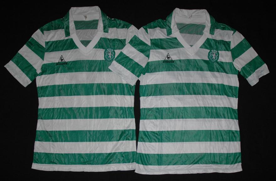 Duas camisolas de jogo Le Coq Sportif do Sporting de frente