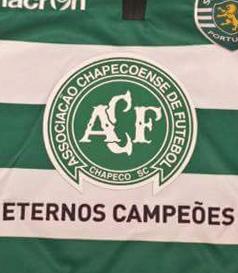 2016/17. Camisola usada por Alan Ruiz no jogo contra o Vit. Setúbal de 3 de Dezembro de 2016, em homenagem às vítimas da queda do avião da Chapecoense