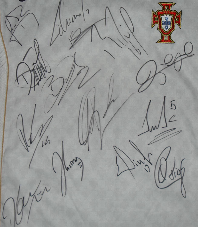 Portugal 2004/06, camisola alternativa assinada por jogadores da selecção nacional que jogou na Albânia 6 de Junho de 2009
