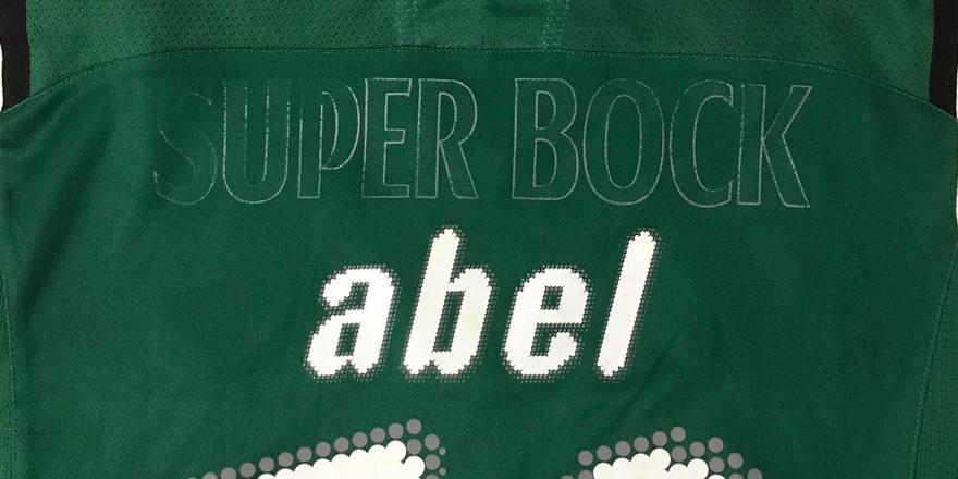 camisola do Abel com o patrocínio danificado retirado