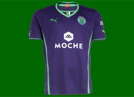 camisola alternativa 2013/14 do Sporting, roxo com patrocínio Moche