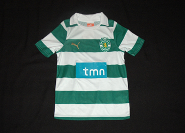 2011/2012. Small child mini kit, with plastic/rubber Sporting Lisbon lion crest. Complete with sorts and socks
