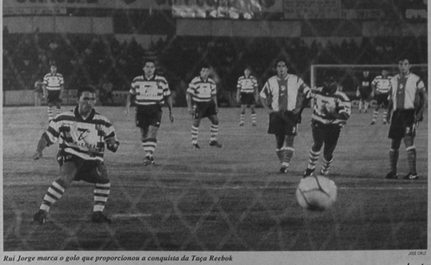 Rui Jorge a marcar o golo de penalty que deu o Troféu Reebok ao Sporting em 1999 contra o Atlético de Madrid
