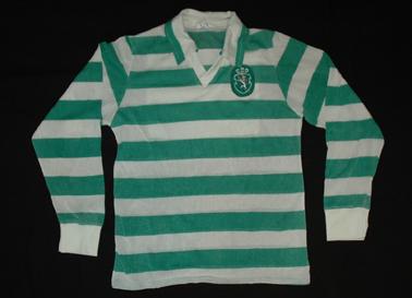 1981. Camisola listada de mangas compridas, marca Cosmos, usada em três jogos da Taça UEFA do Sporting