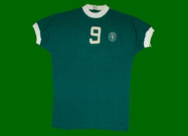 Anos 1970. Equipamento alternativo verde de basquetebol