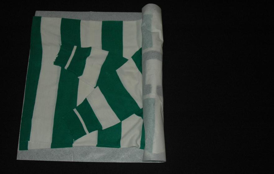 enrolar o equipamento envolto no papel anti-ácido
