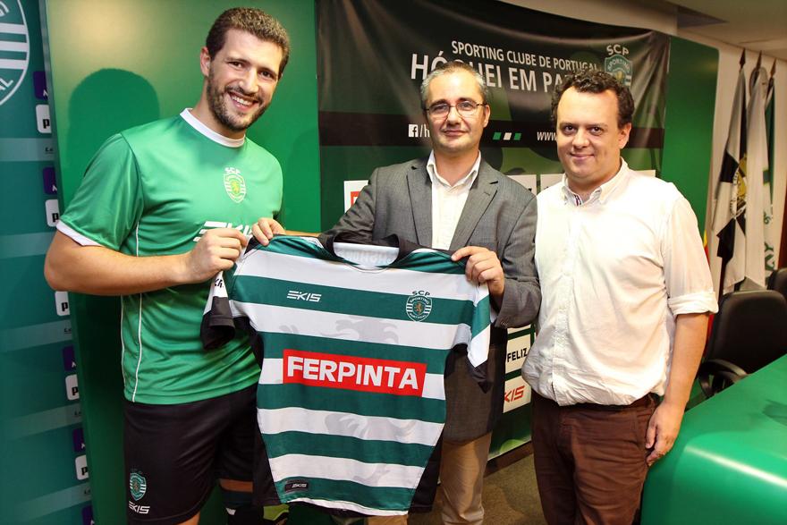 O feliz vencedor a receber a camisola das mãos de Ricardo Figueira, e João-Filipe Rodrigues