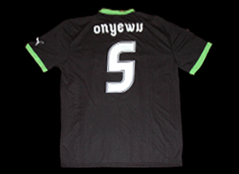 Equipamento alternativo negro Personalizado Onyewu, com patch da Liga Europa Puma Sporting 2011 2012