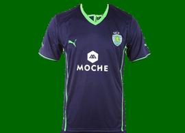 2013/14. equipamento contrafeito do Sporting, alternativa violeta, proveniente da China. Com calções e meias