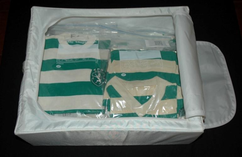 caixa do ikea com muitas camisolas de jogo antigas do Sporting dentro