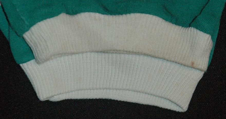 ponto e tecido diferentes em duas camisolas antigas