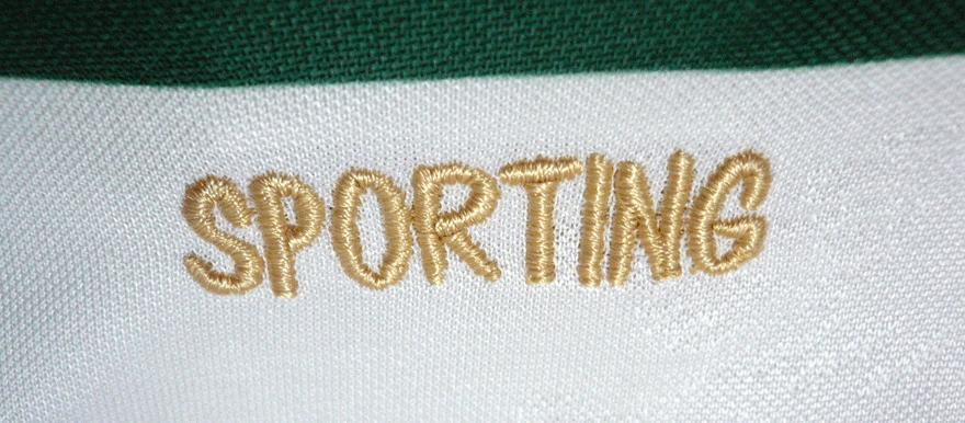 Sporting bordado a dourado na parte de trás da gola