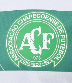 Camisola do Chapecoense às listas verde brancas na parte da frente