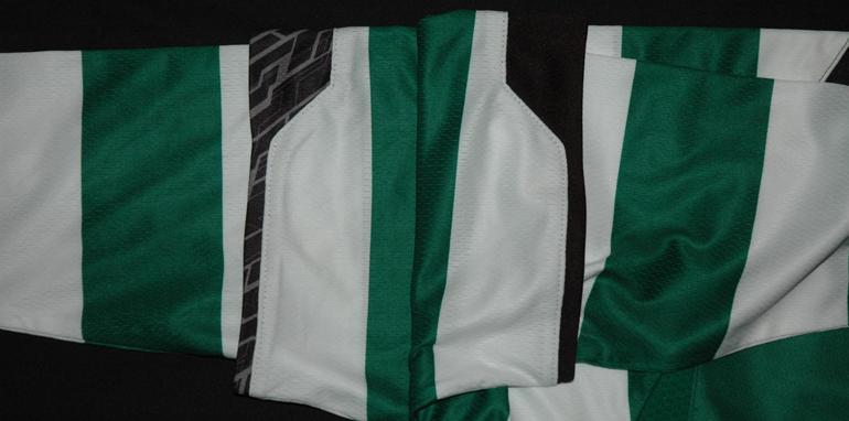 As mangas da camisola protótipo, a direita é tigrada, a esquerda não