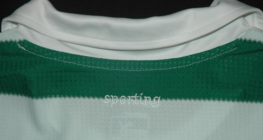O leão no ombro da camisola do Sporting, preta e branca